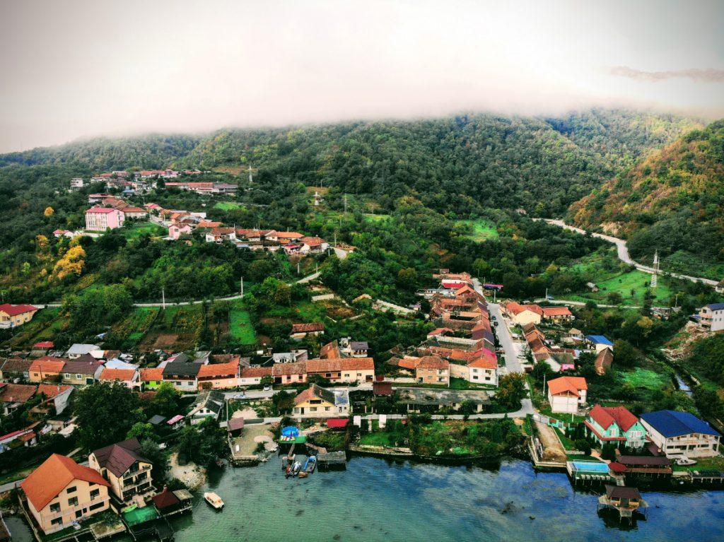 Dubova Village nestled in a golf on Danube