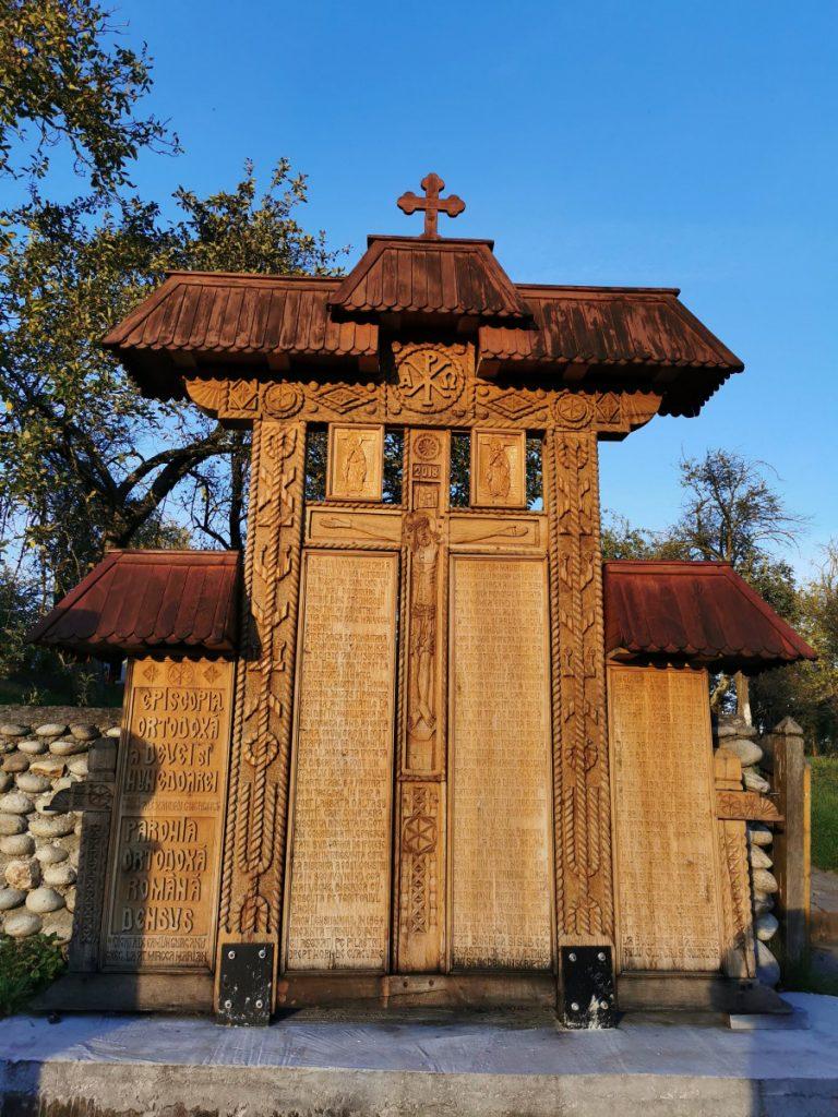 Wooden sculpture in Densuş