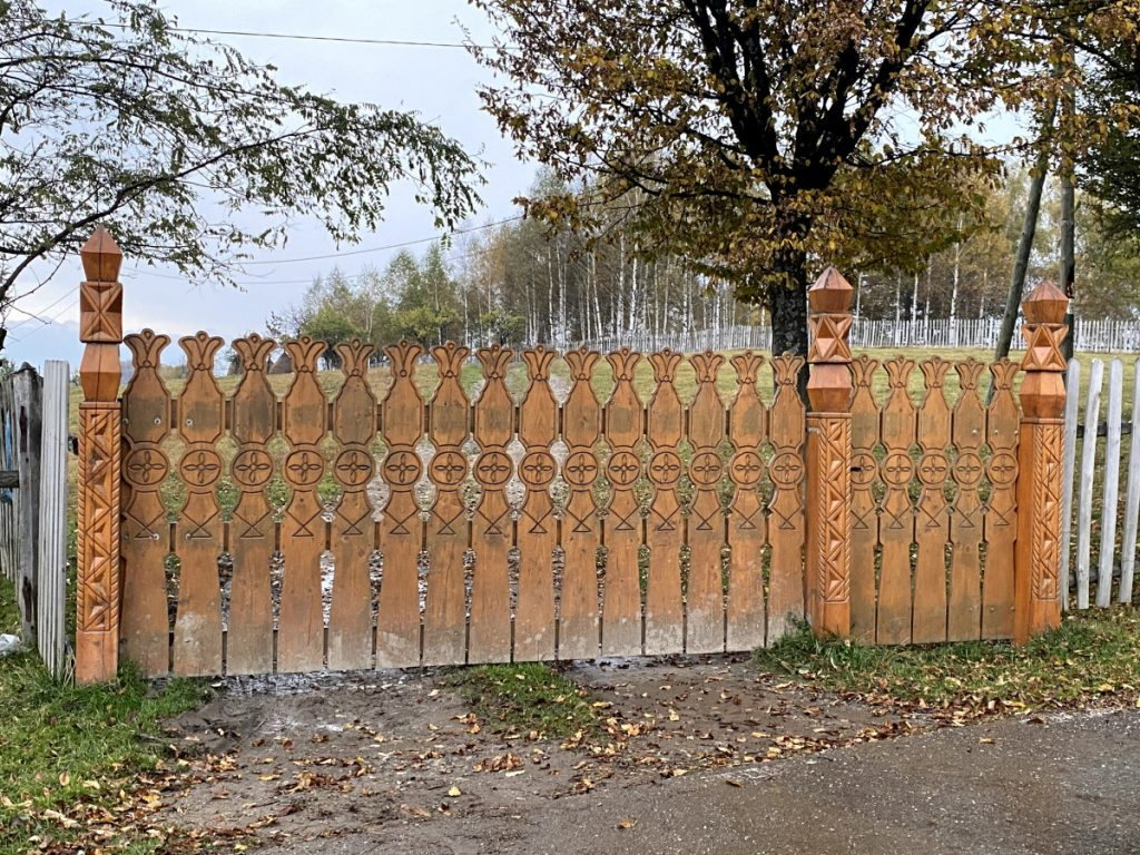 Wooden sculptured gate in Târsa Village