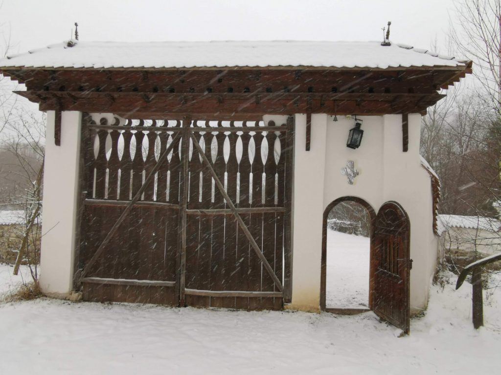 Traditional gate in Valea Zălanului